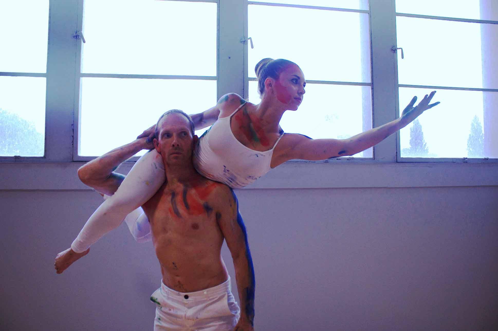 Compagnie_NEWA_acrobatiek_handtohand_balance_duo_loreal