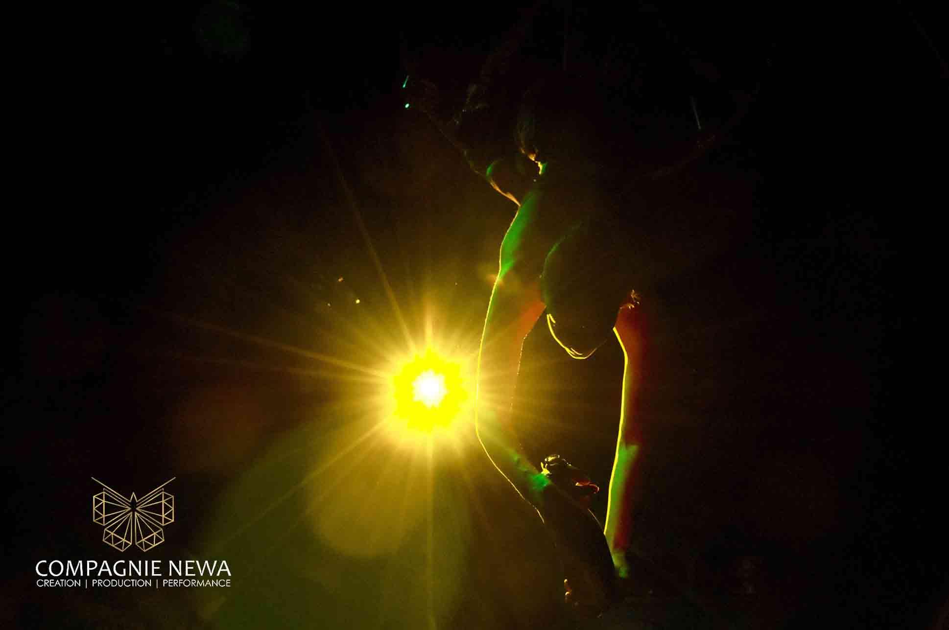 Compagnie_NEWA_flowing_champagne_aerials_chandelier_luchtacrobatiek