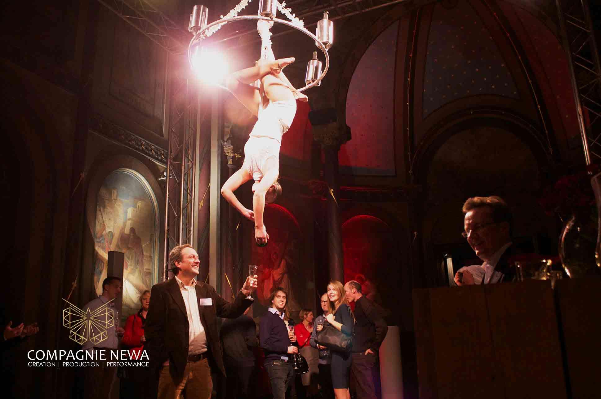 Compagnie_NEWA_flowing_champagne_chandelier_aerials_luchtacrobatiek