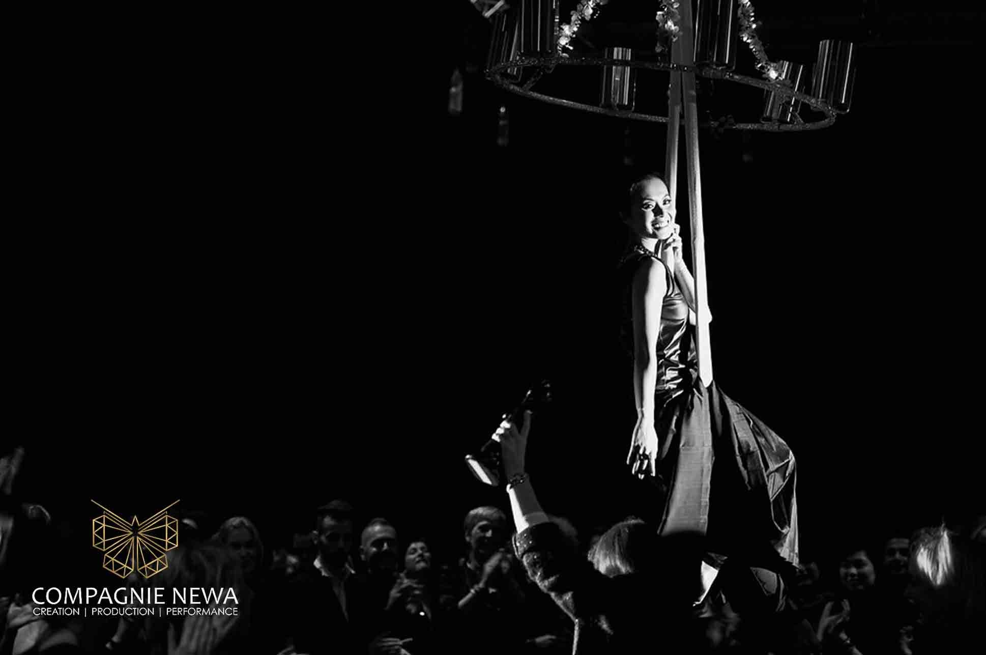 Compagnie_NEWA_flowing_champagne_chandelier_bruxelles_aerials