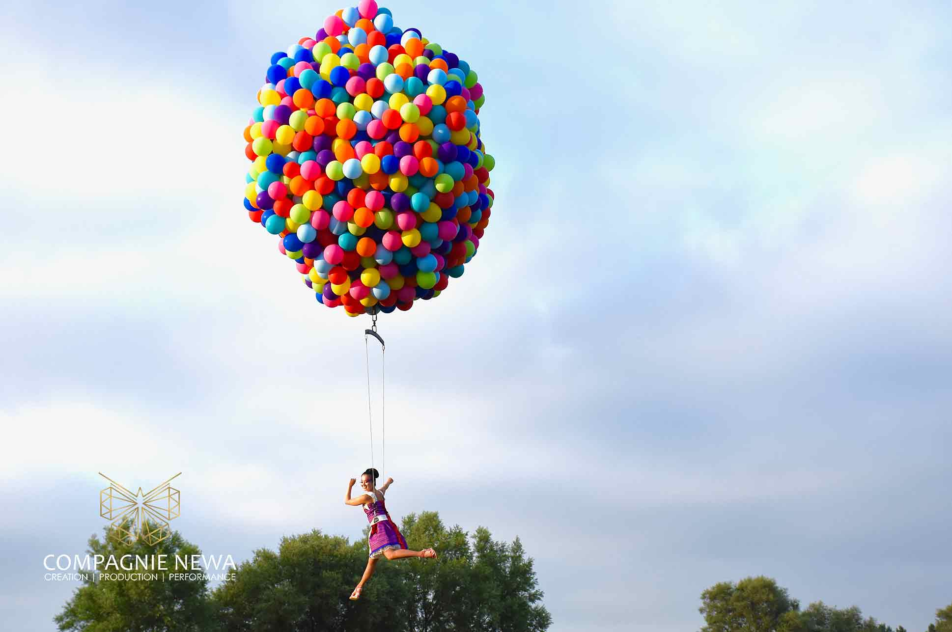 Compagnie_NEWA_knokke_festival_outdoor_performance_balloons_crane