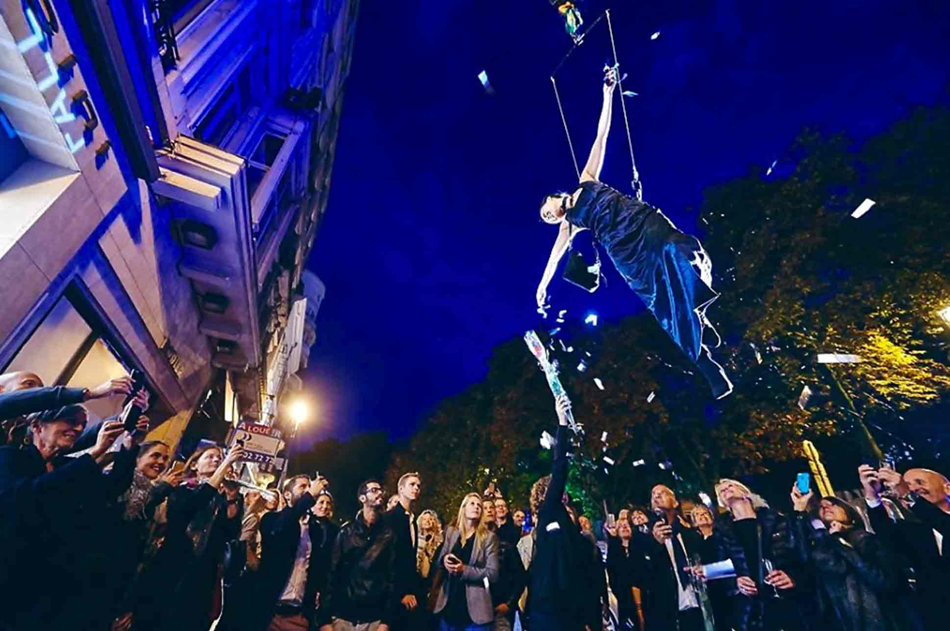Compagnie_NEWA_luchtacrobatiek_outdoor_performance_crane_confetti