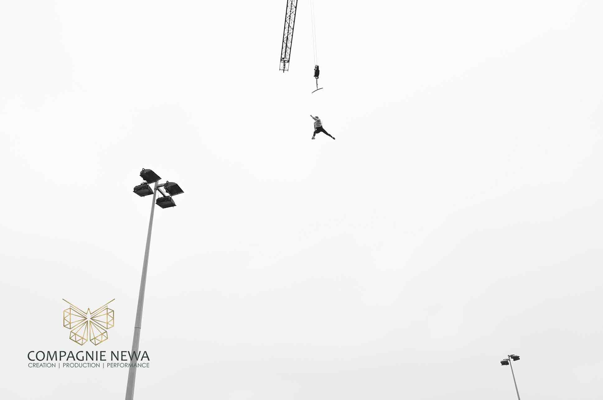 Compagnie_NEWA_oudoor_performance_aerials_crane_harness